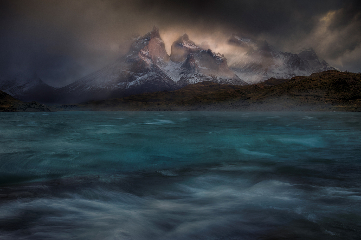 Valokuvatapetti Stormy Winds Over The Torres Del Paine