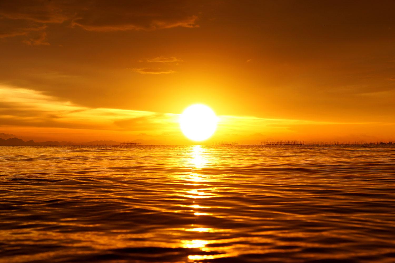 Fototapete Glühender Sonnenuntergang am Wasser